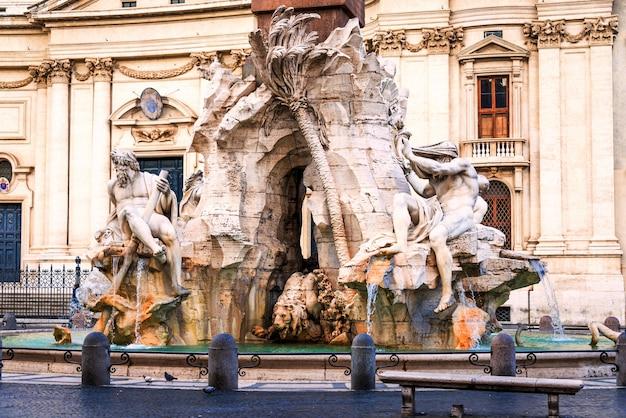 Крупным планом фонтан четырех рек, площадь навона, рим, италия