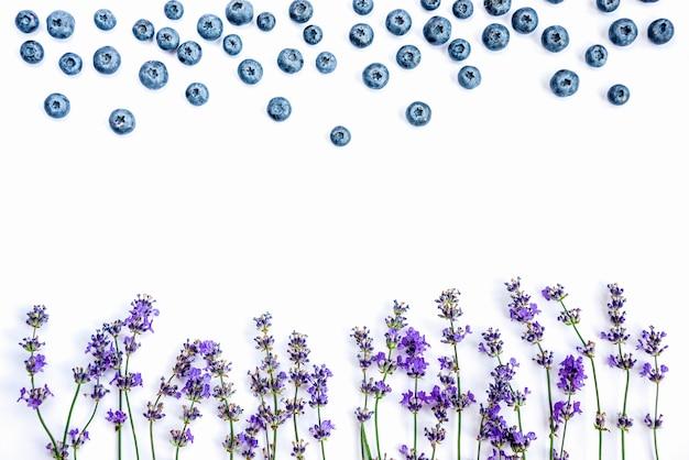 新鮮なラベンダーの花とブルーベリー