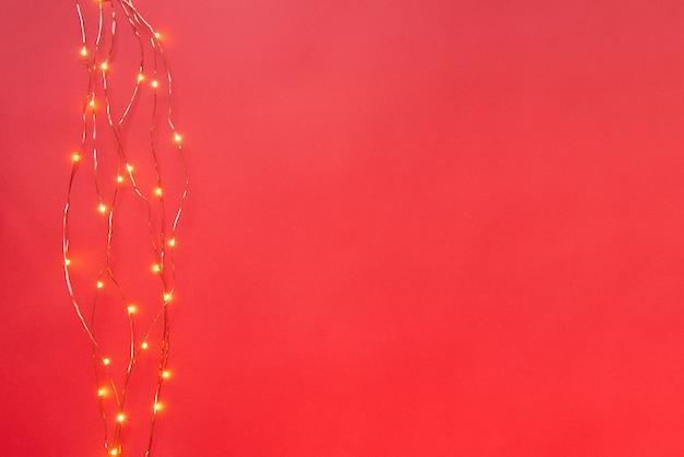 黒の背景上のクリスマスライトガーランドの境界線。