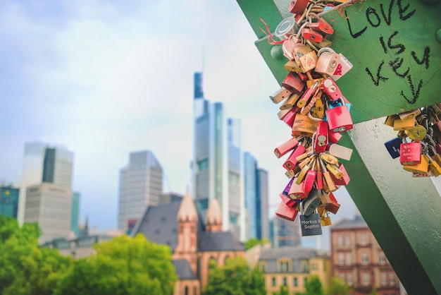 Тысячи любовных замков заперты на перилах железного моста во франкфурте-на-майне.