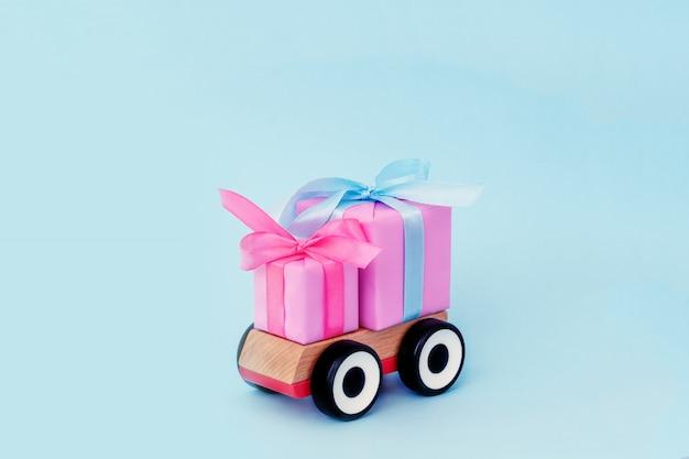 ギフトを提供するおもちゃの車