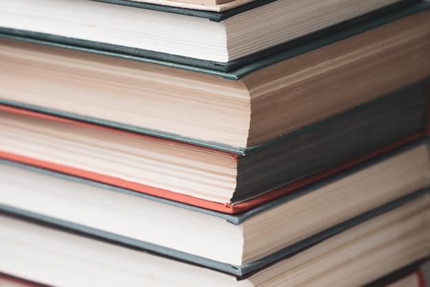 色とりどりの本のクローズアップのスタック