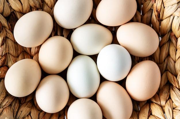 かごの中の新鮮な生農場有機鶏の卵