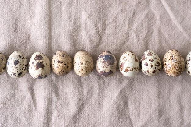 Коллекция перепелиных яиц, пасха. плоская планировка, вид сверху. пасхальная концепция.