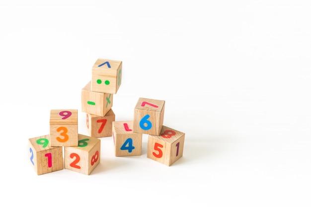 木製ブロックの開発。子供向けの自然で環境に優しいおもちゃ。