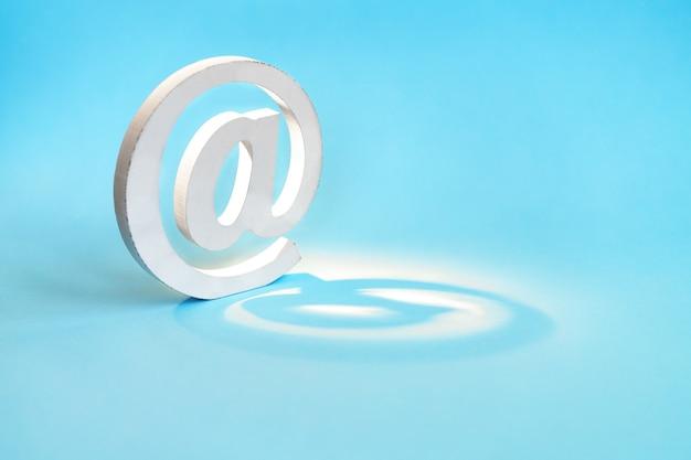 青色の背景にメールシンボル。メール、コミュニケーション、またはお問い合わせのコンセプト