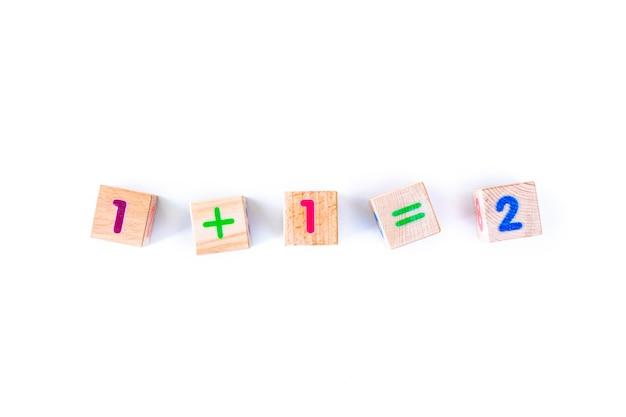 Детские игрушки деревянные детёныши с буквами и цифрами на белом