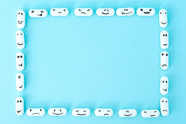 青色の背景に変な顔を持つ薬のフレーム