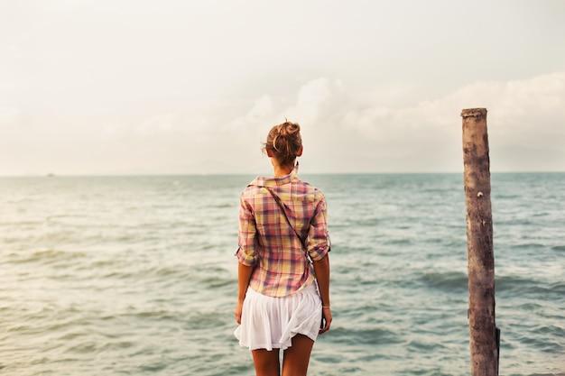 海を見て女性の背面図