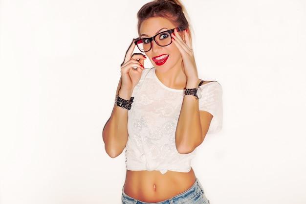 Игривый подросток в очках и прикусила язык