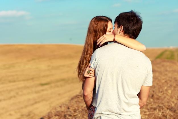 フィールドに彼女のボーイフレンドにキスを情熱的な女の子
