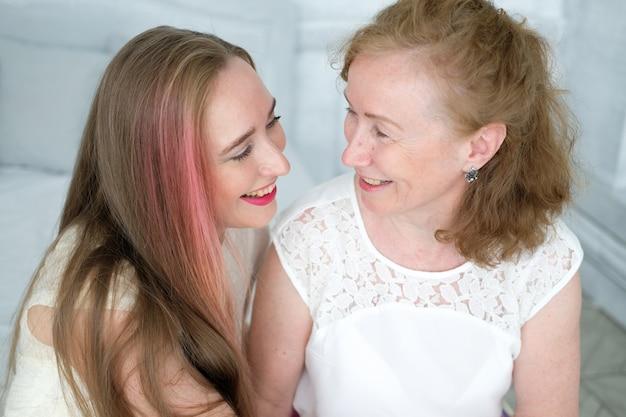 彼女の大人の娘と一緒に美しい老婦人。