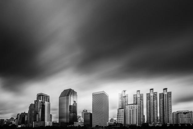 黒、白。ベンチャシリ公園、大都市の背景のライト。
