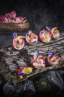 蓮の葉とエビのサラダ。