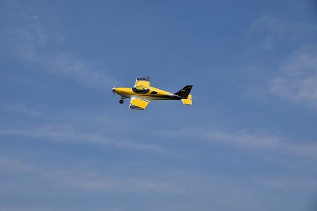 Желтый самолет взлетает в небо