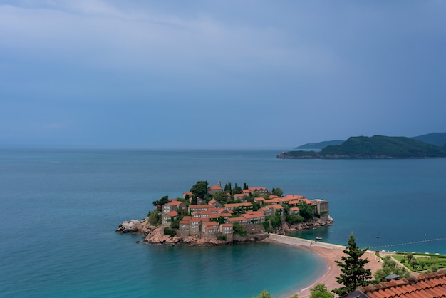 モンテネグロ、海に家がある島。アドリア海。海での夏休み。