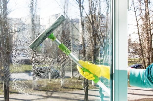 スクレーパーは窓をきれいにします