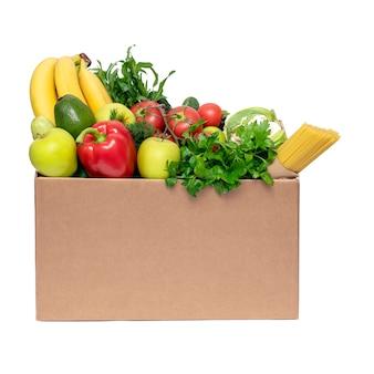 Концепция доставки еды. овощи, фрукты и продукты питания в картонной коробке на белом