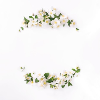 白の花のフレーム。白いジャスミンの花の組成物。春の時間。