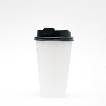 白い背景の上のふた付きホワイトペーパーカップ