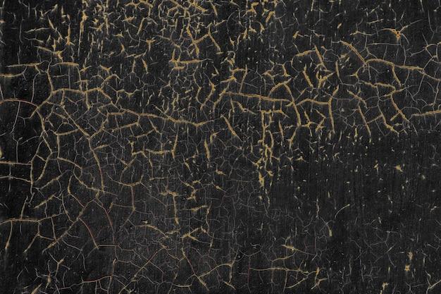 古いひびの入った黒い壁