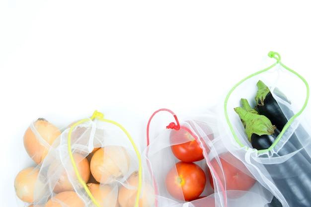 白い背景の上の食料品の袋に野菜