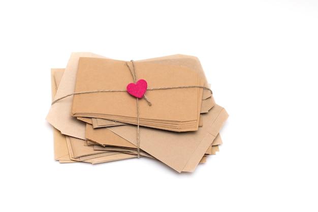 Стопка коричневых конвертов