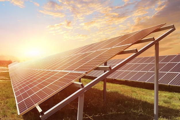 日の出の光線で太陽電池パネル。持続可能な資源の概念