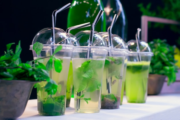 プラスチックガラスのクローズアップの天然モヒート。