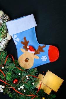 冬の装飾と暗闇のクリスマスソックス