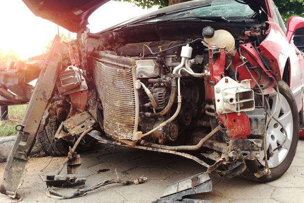 Перед красный автомобиль попал в аварию на дороге.