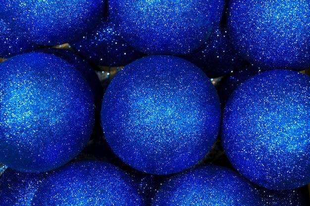 光沢のある青いクリスマスボールの背景