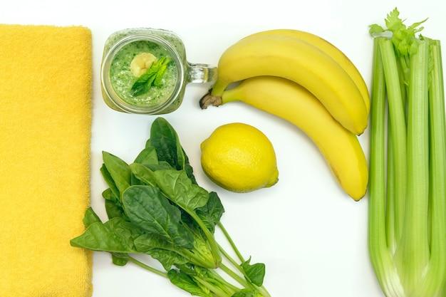 果物や野菜の新鮮な緑のスムージー。セロリ、バナナ、ほうれん草、レモンを料理するための材料。健康的なライフスタイルのコンセプト。トップビュー