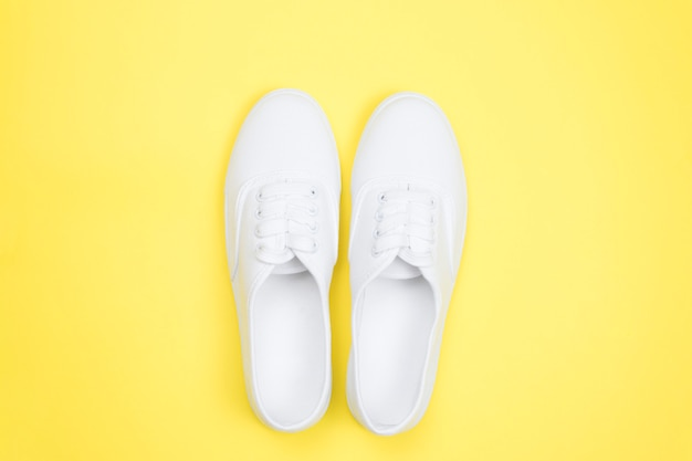 白人女性のスニーカー、最小限のスタイル。