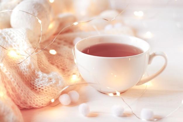 Чашка горячего зимнего напитка крупным планом. уютный теплый атмосферный сезон