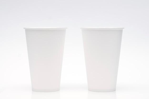 白い背景の上のコーヒーカップのモックアップ。テキストとロゴのコピースペース。