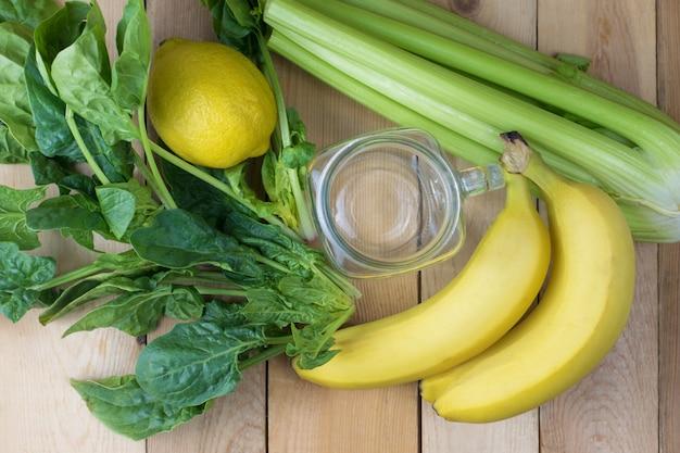 緑のスムージーを作るための成分のクローズアップ