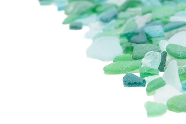 孤立した白地に緑のガラス石