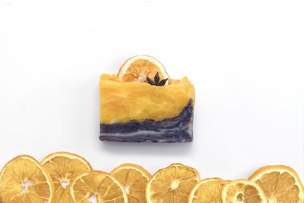 白い背景の上の自然な柑橘類スパ手作り石鹸