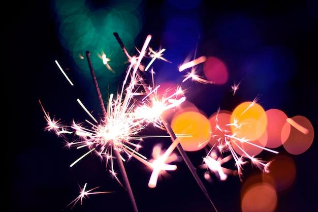 Яркие праздничные бенгальские огни