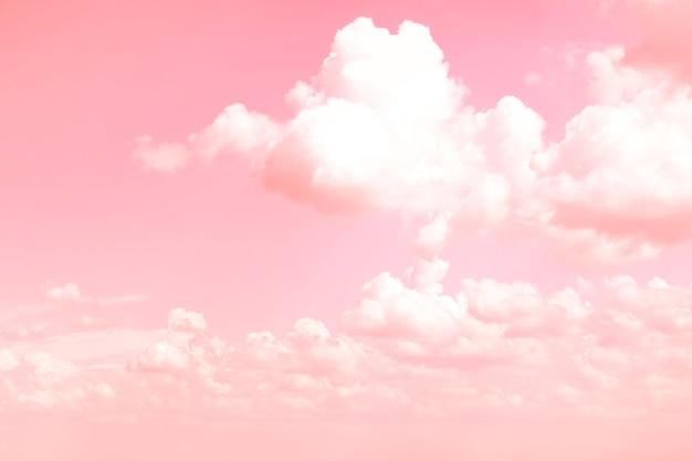 Белые воздушные облака на розовом небе