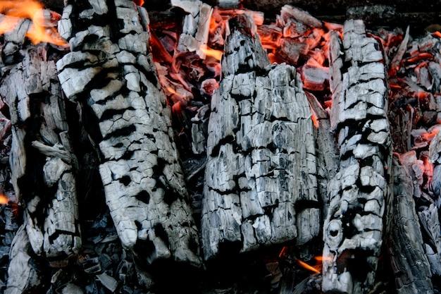 Горящие дрова. тлеющий пепел костра.