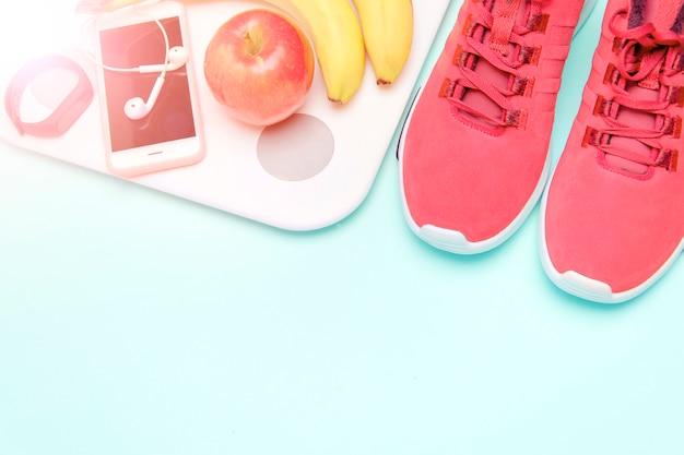 スポーツと健康的なライフスタイル。ピンクの背景。コピースペースとフラットレイアウト