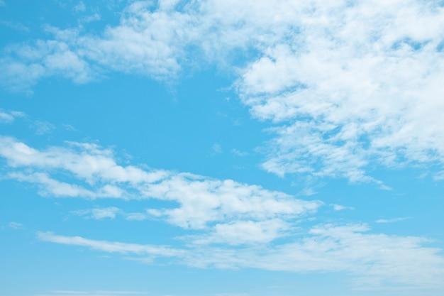 白い空気雲と美しい青い空