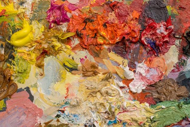 明るい油絵の具パレットのクローズアップの背景