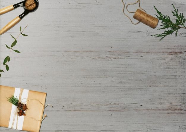 クリスマスの要素で説明されている灰色のテーブル - ギフトのナッツクラッカーの枝の三角