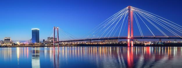 Панорама ночного города красноярского моста в огнях