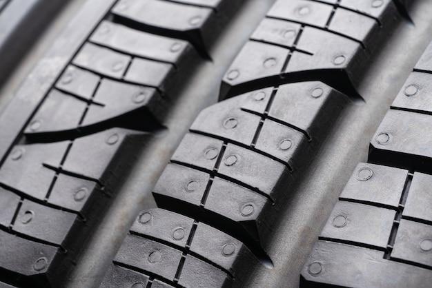Протектор дорожного протектора всесезонная летняя шина. закрыть блоки протектора и прорези для удаления воды из пятна контакта. грунтозацепами