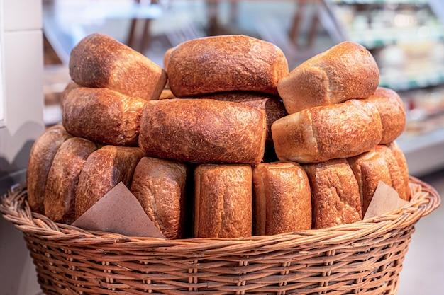 Хлеб в корзине, много хлебобулочных изделий, крупный план