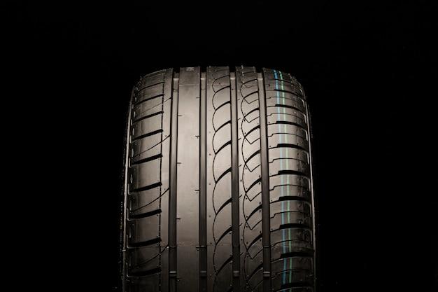 非対称の夏用タイヤ。正面、黒いスペースのクローズアップ
